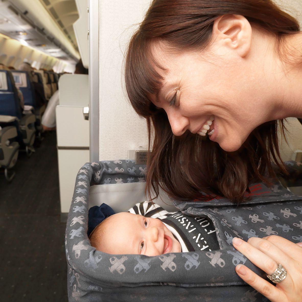 Veilig en zonder stress reizen op vliegtuigen met baby's